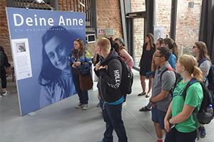 Programmteilnehmende Jugendliche beim Besuch einer Ausstellung zu Anne Frank