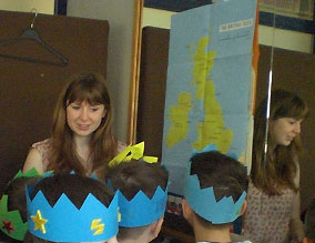 Gruppenbild mit Pappkrönchen