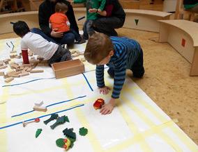 Kinder spielen auf dem selbsterstellten Straßenplan von Jena