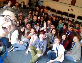 Jugendgruppe sitzt auf Boden