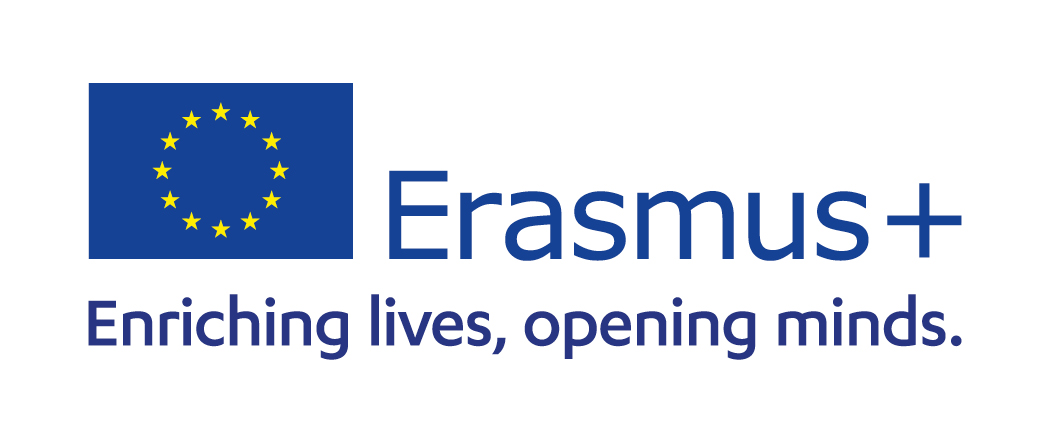 EU-Fahne mit Schrift Erasmusplus, Enriching lives, opening minds.