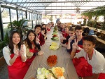 Die Schülergruppe bei einer gemeinsamen Mahlzeit