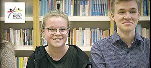 Zwei Schüler in einer Bibliothek
