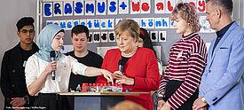 Bundeskanzlerin Angela Merkel mit Schülerinnen und Schülern des Thomas-Mann-Gymnasium