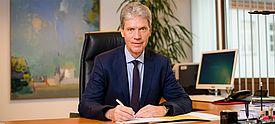 Helmut Holter an seinem Schreibtisch sitzend