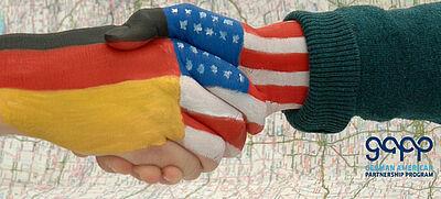 Hände mit deutscher und US-amerikanischer Flagge und GAPP Logo