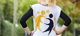 Junge Frau von hinten, die einen Pulli mit eTwinning-Logo trägt