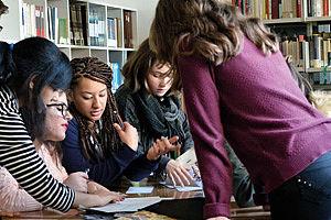 Schülerinnen bei der Arbeit mit Texten