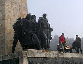 Denkmal mit Bronzefiguren mit Jugendlichen im Vordergrund