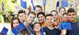 Kinder mit Europafähnchen