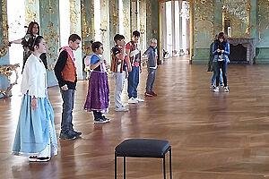 Kinder in einem Schlosssaal