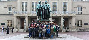 Gruppe vor Denkmal von Goethe und Schiller