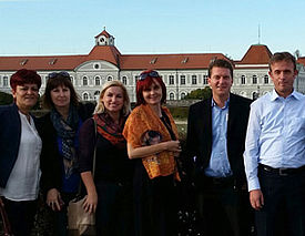 Lehrergruppe vor der Kulisse des Schlossparks