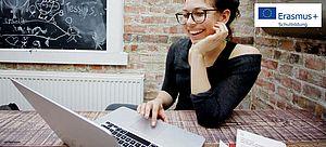 Junge Frau vor Laptop
