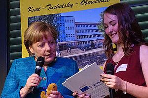 Schülerin mit Bundeskanzlerin Merkel