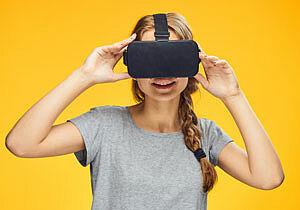 Junge Frau mit Virtual Reality Brille