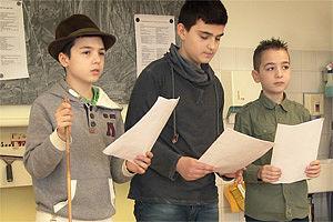 Schüler lesen vom Blatt
