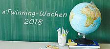 """Globus vor Schultafel mit Aufschrift """"eTwinning-Wochen 2018"""""""