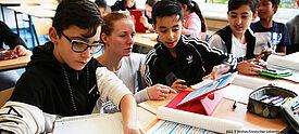 Schüler arbeiten mit Tablet