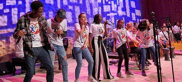 Junge Band auf einer Bühne