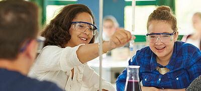 Schülerinnen mit Reagenzglas
