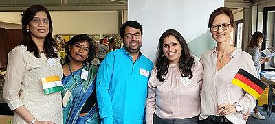 Fünf Personen mit deutscher und  indischer Flagge