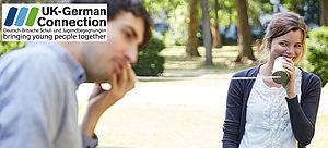 Zwei Studierende mit Dosentelefon und Logo von UK German Connection