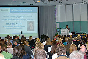 Staatsministerin Brunhild Kurth bei ihrer Eröffnungsrede vor dem Publikum