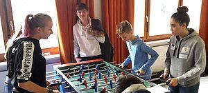 Jugendliche an einem Kicker