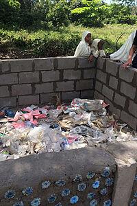 Ummauerter Müllsammelplatz