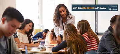 Lehrerin mit Schülern im Klassenraum