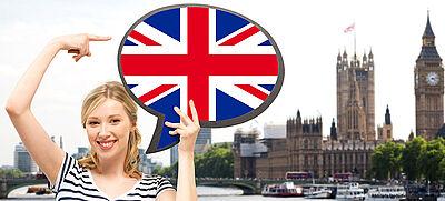 Lehramts-Studentin hält Sprechblase mit Flagge von Großbritannien, unten links Logo des Programms für Fremdsprachenassistenz