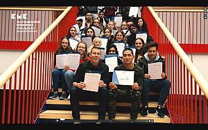 Schüler sitzen auf einer Treppe