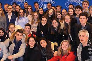 Schülergruppe schaut in die Kamera