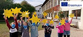 Erasmus+ an der Grundschule: Grundschüler mit Sternen feiern #ErasmusDays