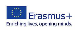 EU-Flagge mit Programmnamen Erasmus+ und Unterzeile Enriching Lives, Opening Minds