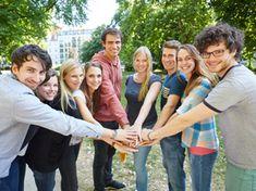 Junge Männer und Frauen stehen im Kreis