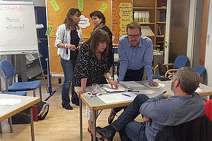Lehrer in Schulraum