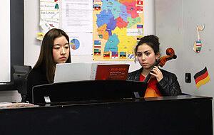 Zwei musizierende Mädchen