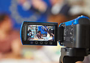 Blick auf den Monitor einer Videokamera