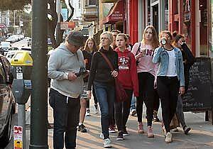 Gruppe geht durch eine Stadt