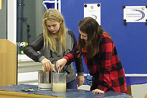 Zwei Schülerinnen mit Reagenzgläsern
