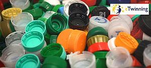 Ein Berg von Flaschenverschlüssen aus buntem Plastik