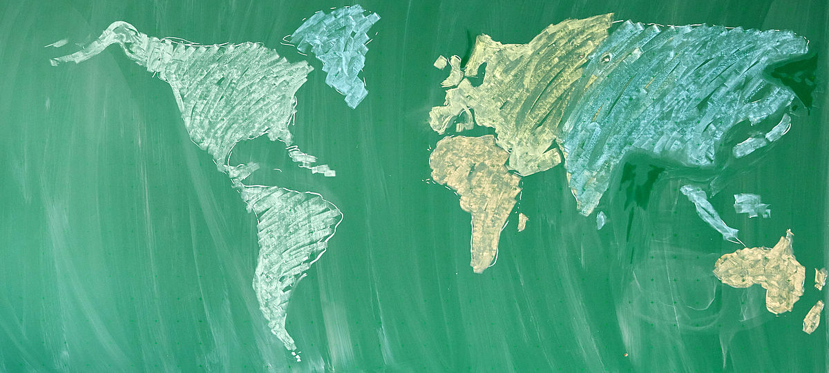 Tafel mit bunter Weltkarte