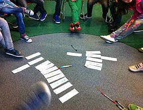 Schülerinnen und Schüler arbeiten im Stuhlkreis