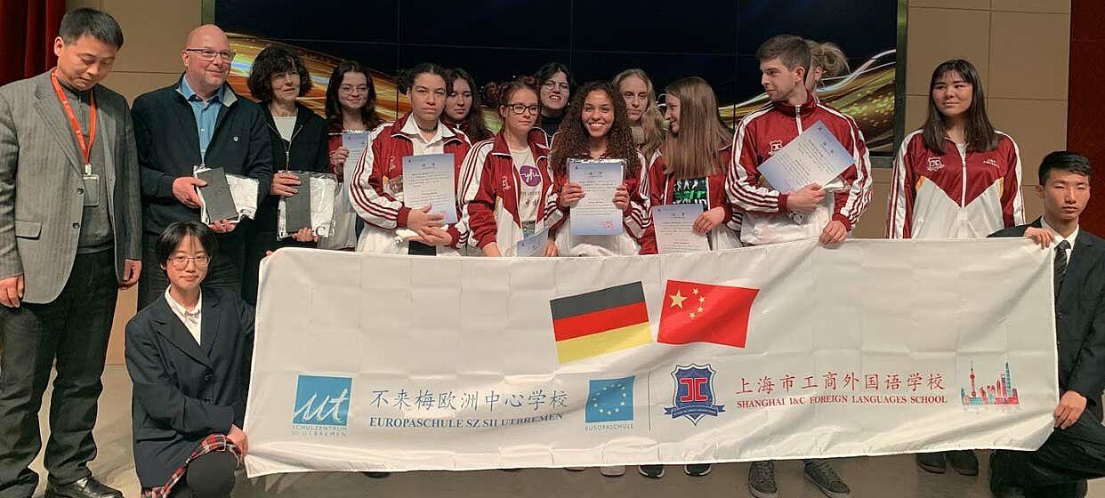 Austauschgruppe aus Bremen vor deutsch-chinesischem Transparent