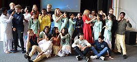 Gruppe deutscher und indischer Jugendlicher