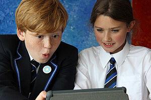 Zwei Kinder an einem Notebook
