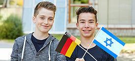Zwei Jungen mit deutscher und israelischer Flagge