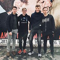Jugendliche vor Mauerdenkmal